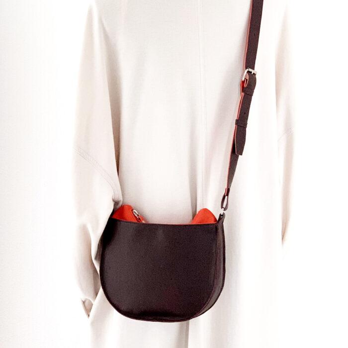 Kleine handgemaakte leren schoudertas. Handgemaakt en uniek.